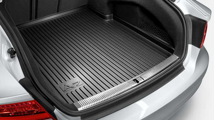 Luggage compartment tray for foldable rear panel